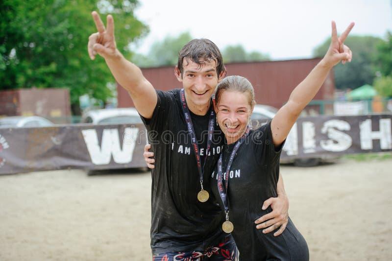 Kobiety i mężczyzna przy konem świętują zwycięstwo podczas rasy ximpx na legia bieg, trzymającym w Kijów fotografia stock