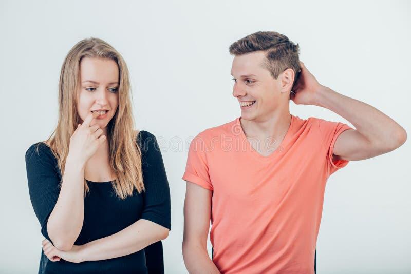 Kobiety i mężczyzna przyglądający interes przy each inny fotografia stock