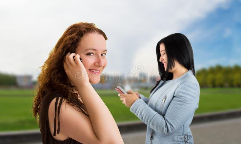 Kobiety i używać smartphone zdjęcie royalty free