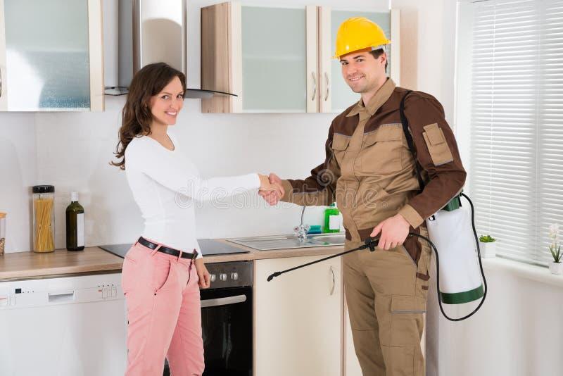 Kobiety I zarazy kontrola pracownika chwiania ręki zdjęcie stock