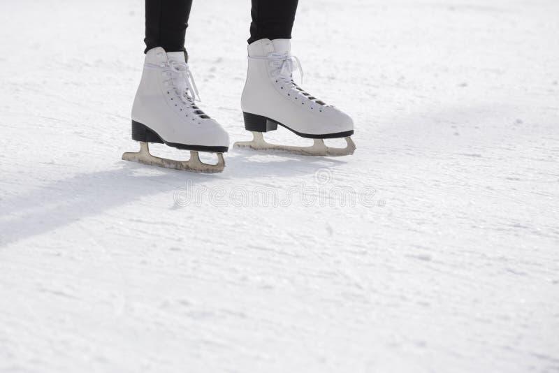 Kobiety jazda na łyżwach na lodowym lodowisku obraz royalty free