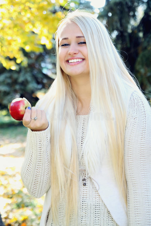 Kobiety je jabłka fotografia stock