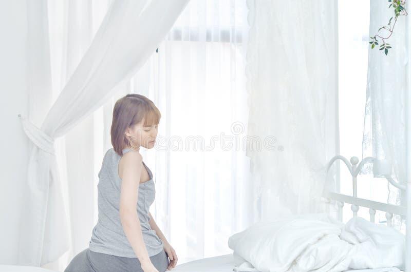 Kobiety jest ubranym białe koszula właśnie budzili się obrazy stock