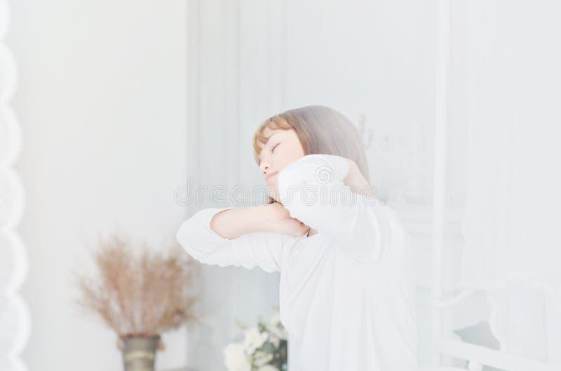 Kobiety jest ubranym białe koszula właśnie budzili się obrazy royalty free