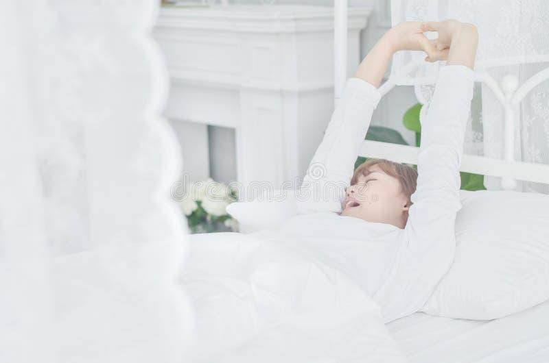 Kobiety jest ubranym białe koszula właśnie budzili się zdjęcie royalty free