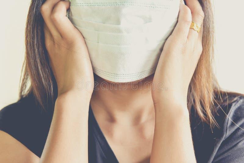 Kobiety jest ubranym higieniczną maskę fotografia stock