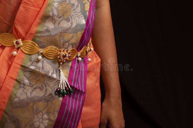 Kobiety jest ubranym tradycyjnego złotego Tradycyjnego talia pasek lub Kamarpatta obraz royalty free