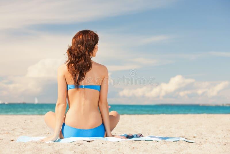 Kobiety joga lotosu ćwiczy poza na plaży zdjęcie royalty free