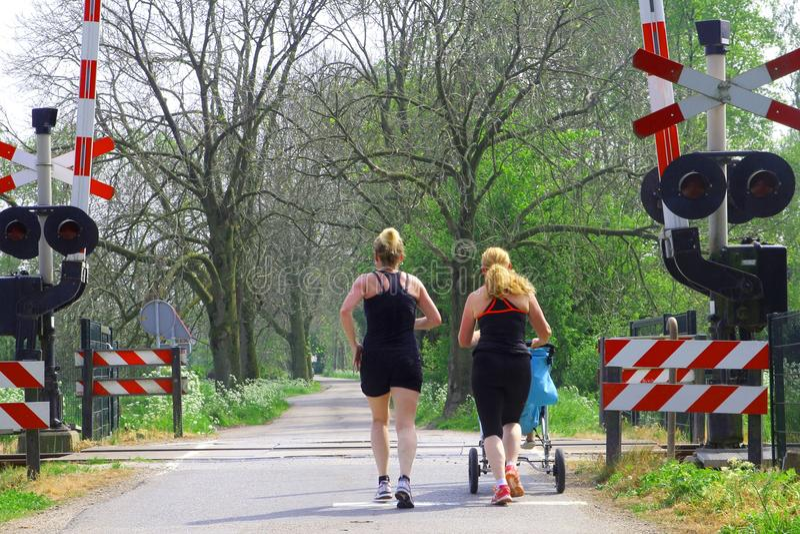 Kobiety jogging z dzieckiem w spacerowiczu, Holandia obraz royalty free