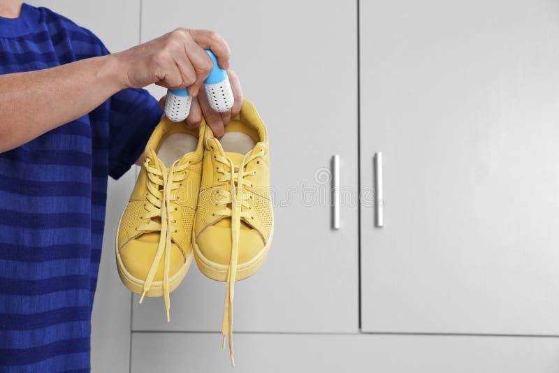Kobiety kładzenia kapsuły buta freshener zdjęcia stock