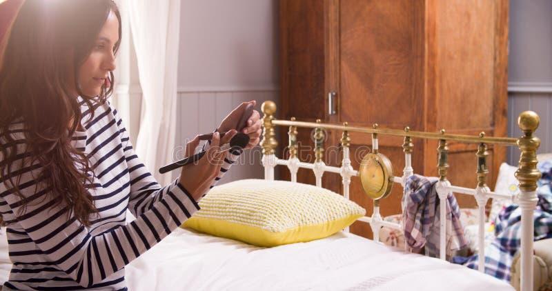 Kobiety kładzenie Dalej Uzupełniał W sypialni obraz stock