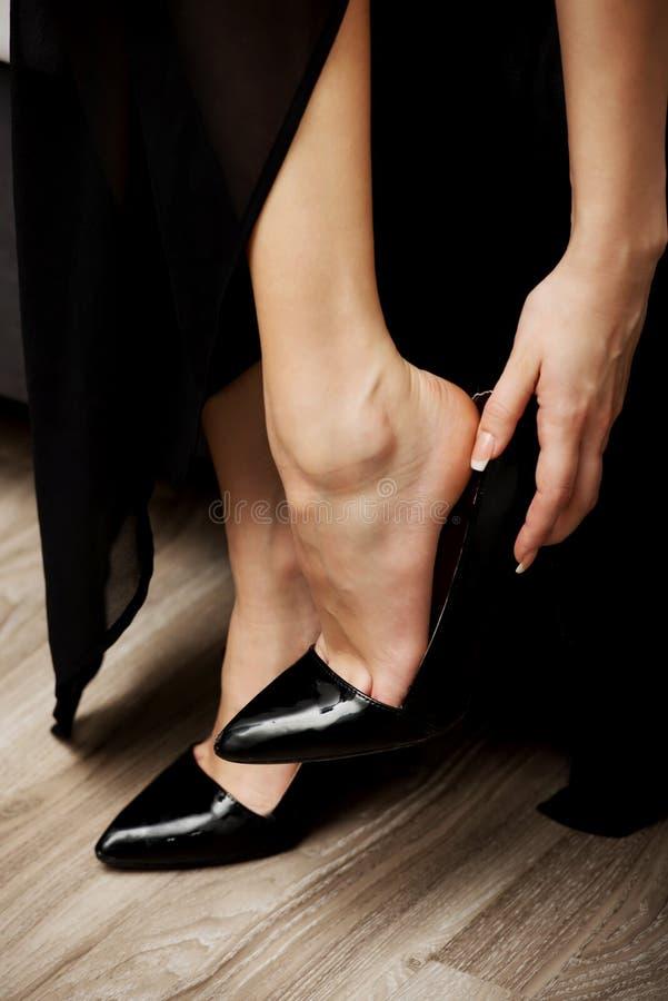 Kobiety kładzenie na szpilkach obrazy stock