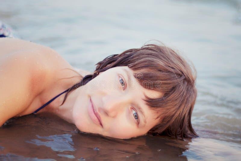 Download Kobiety kłamstwo w morzu obraz stock. Obraz złożonej z szczęście - 57664661