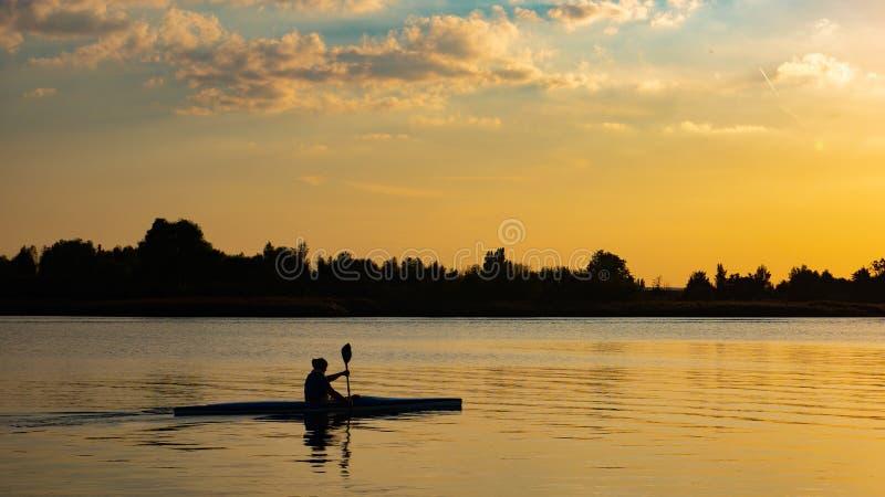 Kobiety kajakarstwo przy zmierzchem na Vistula rzece, Polska zdjęcia stock