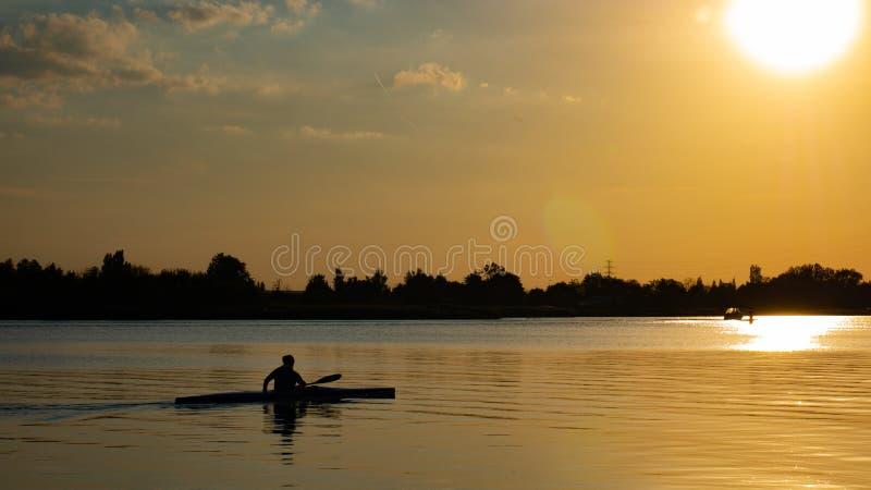 Kobiety kajakarstwo przy zmierzchem na Vistula rzece, Polska obraz stock
