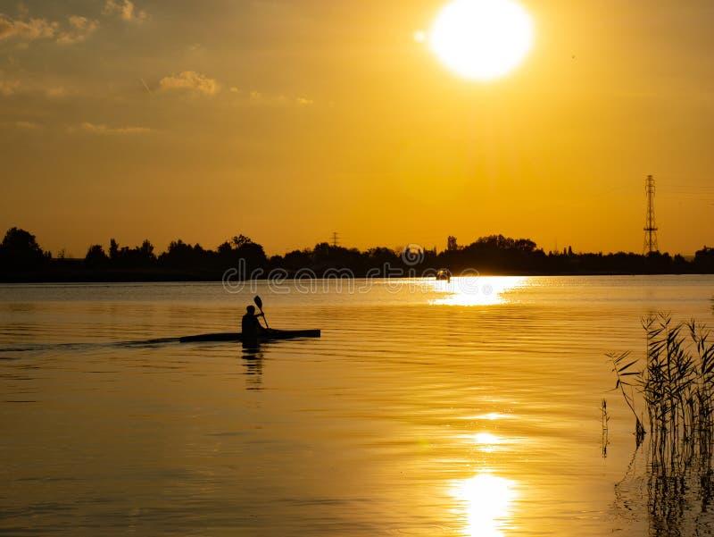 Kobiety kajakarstwo przy zmierzchem na Vistula rzece, Polska zdjęcie stock