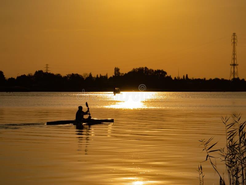 Kobiety kajakarstwo przy zmierzchem na Vistula rzece, Polska fotografia stock