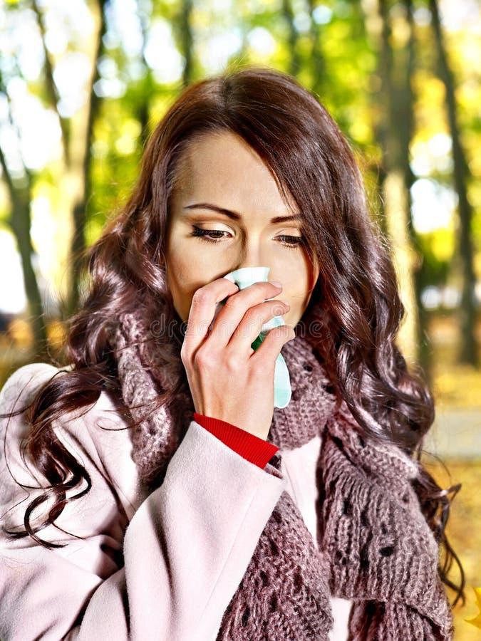 Kobiety kichnięcia chusteczka plenerowa. zdjęcie royalty free