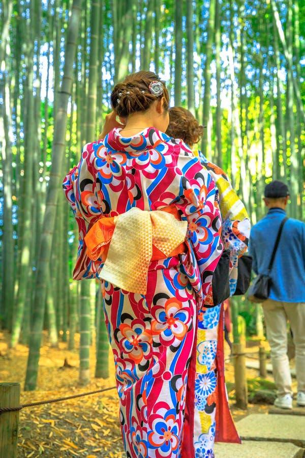 Kobiety kimonowe w bambusowym gaju obrazy royalty free