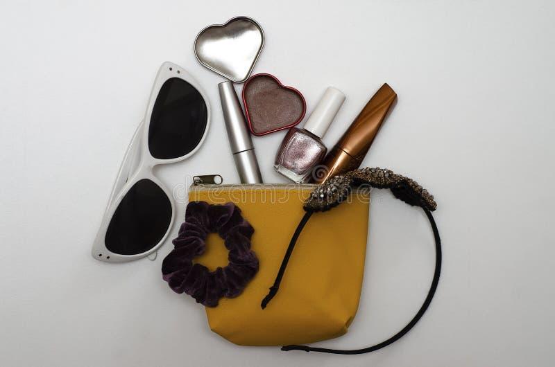 Kobiety kosmetyczna torba z setem kosmetyki zdjęcia stock