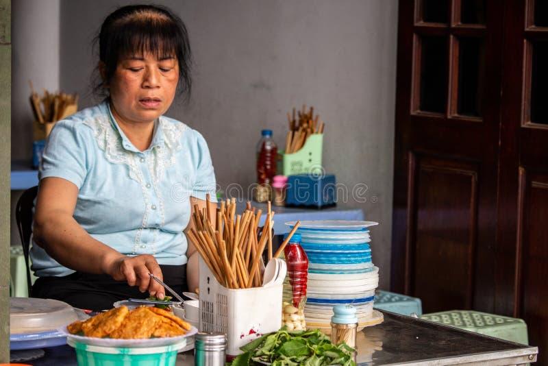 Kobiety kucharstwo w ulicznym restauracyjnym Hanoi Azja obraz stock