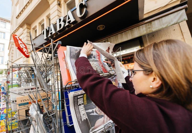 Kobiety kupienia zawody międzynarodowi prasa z Emmanuel Macron i żołnierz piechoty morskiej zdjęcia stock