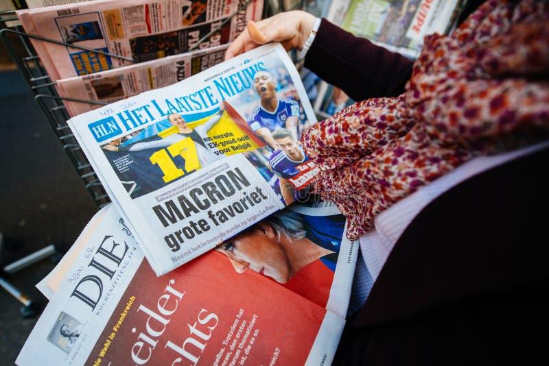 Kobiety kupienia zawody międzynarodowi prasa z Emmanuel Macron i żołnierz piechoty morskiej zdjęcia royalty free