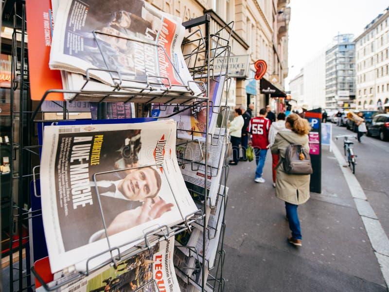 Kobiety kupienia zawody międzynarodowi prasa z Emmanuel Macron i żołnierz piechoty morskiej fotografia royalty free
