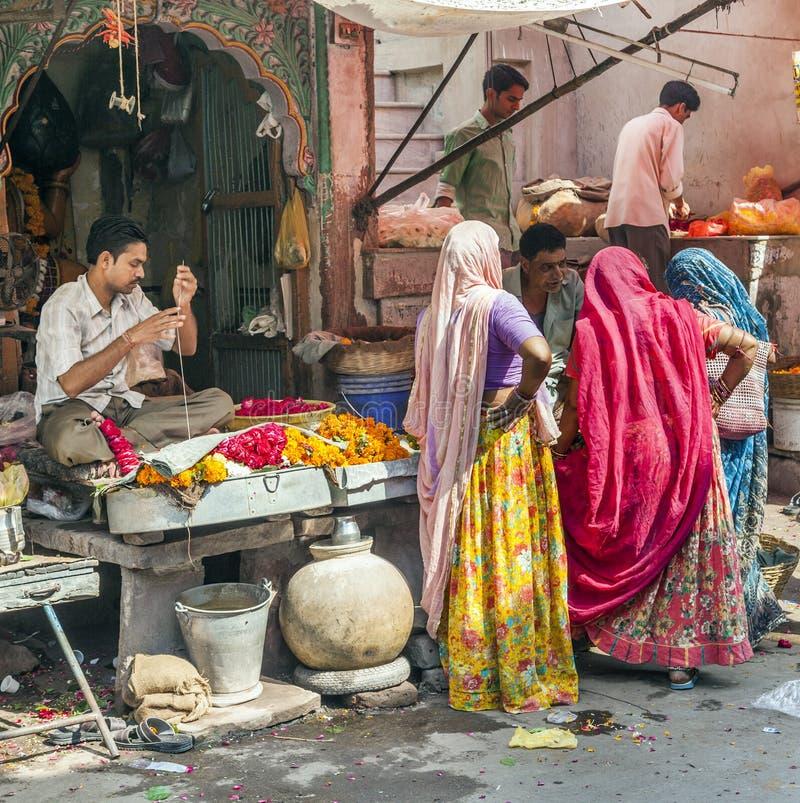Kobiety kupują kolorowe girlandy przy obrazy royalty free