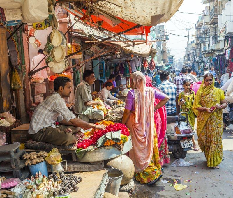 Kobiety kupują kolorowe girlandy przy obrazy stock