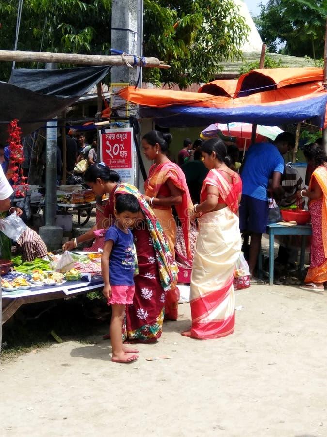 Kobiety kupuje kwiaty i świeczki zdjęcia stock