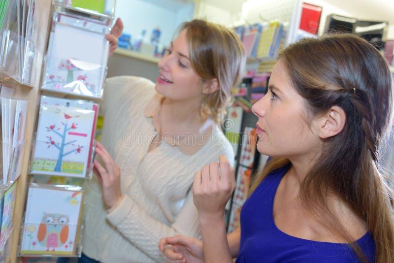 2 kobiety kupuje materiały w supermarkecie zdjęcie stock