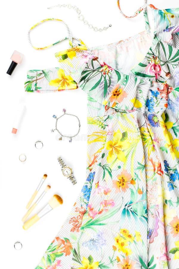 Kobiety lata suknia, akcesoria i uzupełniał rzeczy na białym tle Lato mody kolekcja obrazy royalty free