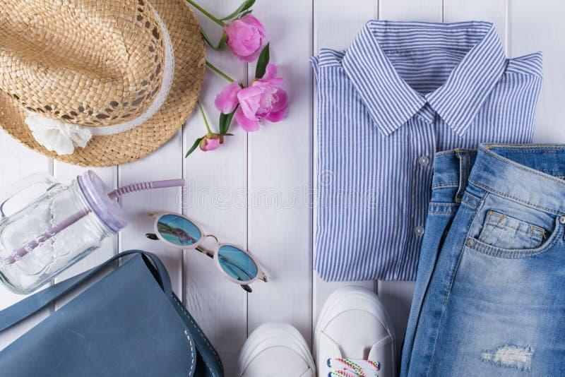 kobiety lato odzieżowy i akcesoria kolaż na bielu z koszula, cajgi, szkła, buty, torebka, kapelusz, słój obrazy royalty free