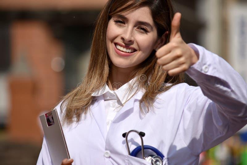 Kobiety lekarka Jest ubranym Lab żakiet Z schowkiem Z aprobatami obrazy royalty free