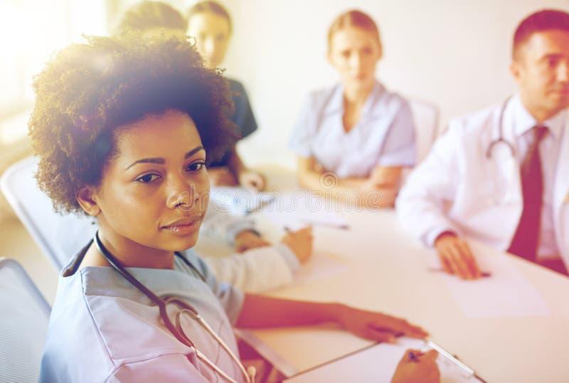 Kobiety lekarka nad grupą studenci medycyny przy szpitalem zdjęcia royalty free