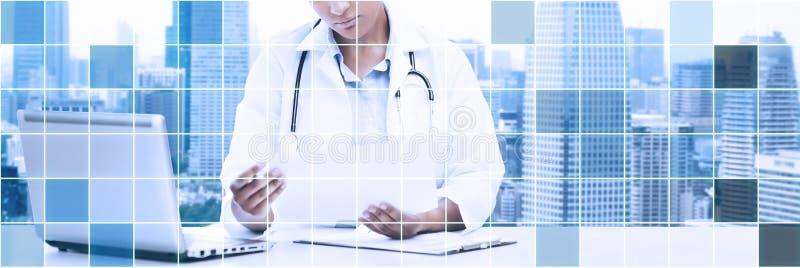 Kobiety lekarka patrzeje papier z laptopu komputerem osobistym royalty ilustracja