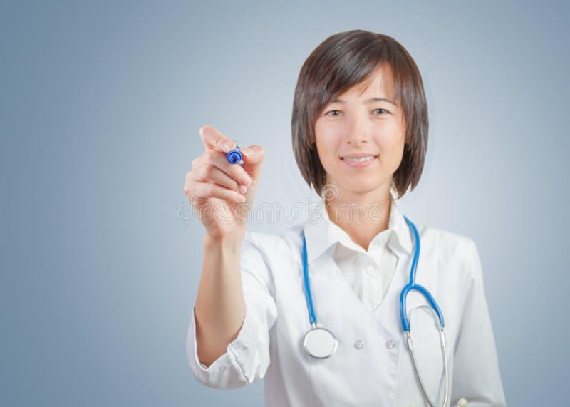 Kobiety lekarka pisze, copyspace zdjęcie stock