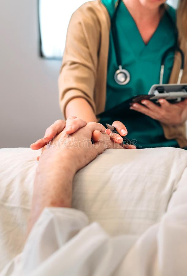 Kobiety lekarka pociesza starego pacjenta zdjęcie royalty free