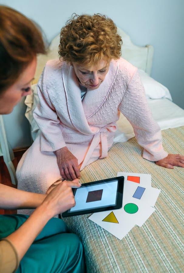 Kobiety lekarka pokazuje geometrycznych kształty starszy pacjent zdjęcie royalty free