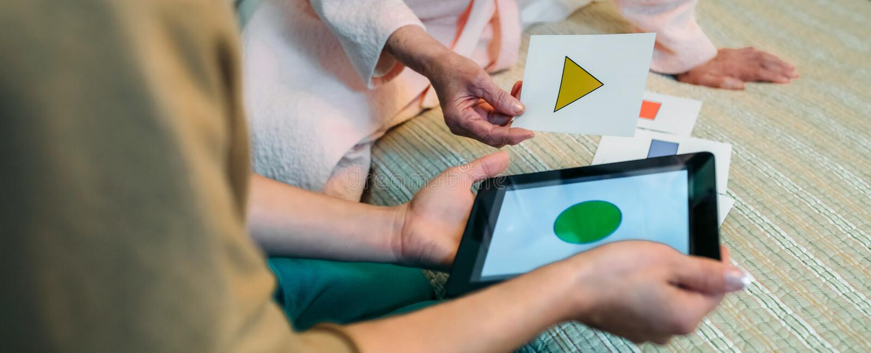 Kobiety lekarka pokazuje geometrycznych kształty starszy pacjent zdjęcie stock