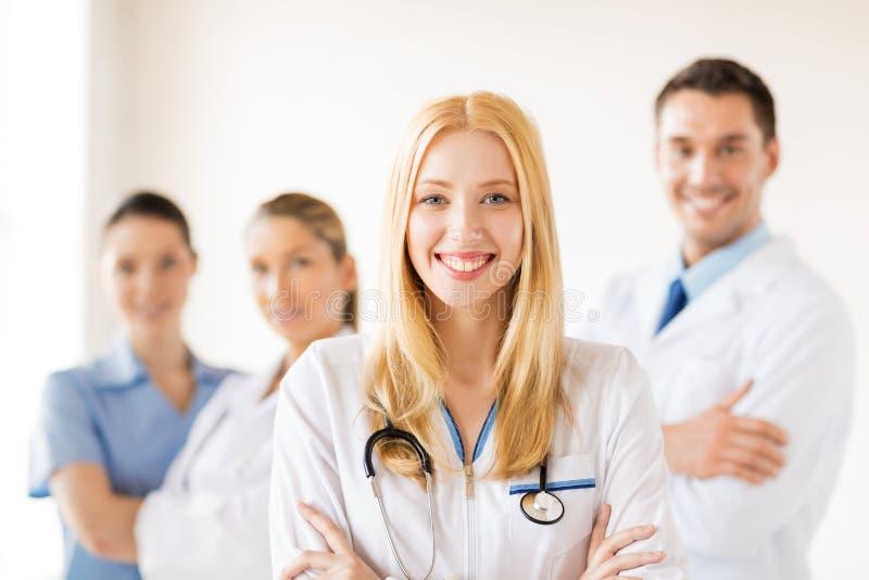 Kobiety lekarka przed medyczną grupą obraz stock