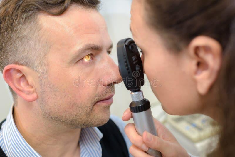 Kobiety lekarka sprawdza dojrzałych pacjentów celowniczych obrazy royalty free