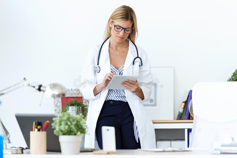 Kobiety lekarka używa jej cyfrową pastylkę w konsultaci obraz royalty free