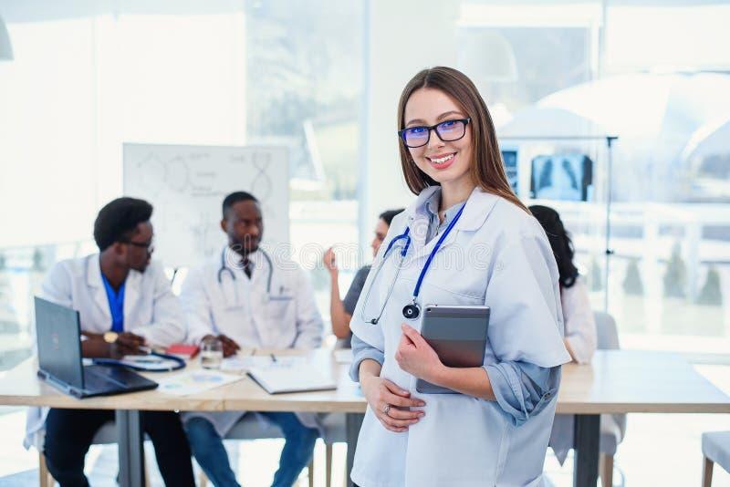 Kobiety lekarka używa pastylka komputer w szpitalnej sali konferencyjnej Fachowa kobiety lekarka w białym medycznym mundurze przy fotografia stock