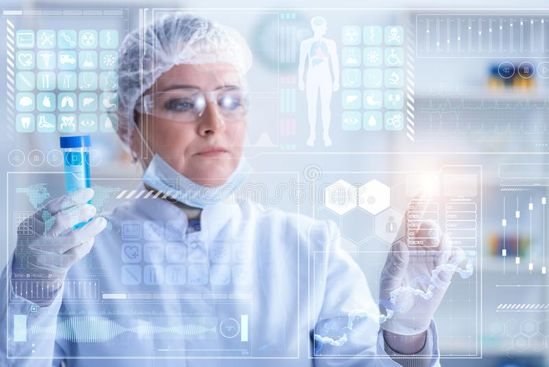 Kobiety lekarka w telemedicine mhealth pojęciu obraz royalty free