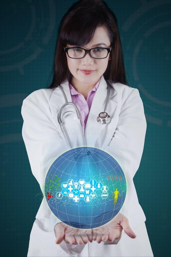 Kobiety lekarka z kulą ziemską w ona ręki fotografia stock