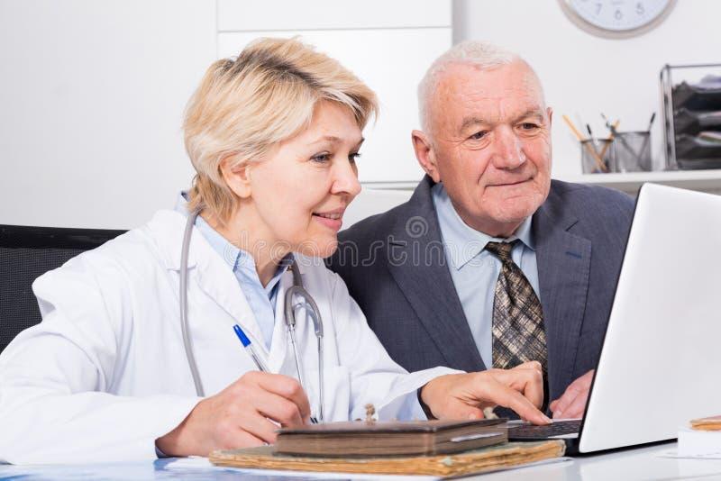 Kobiety lekarka z męskim klientem obrazy stock
