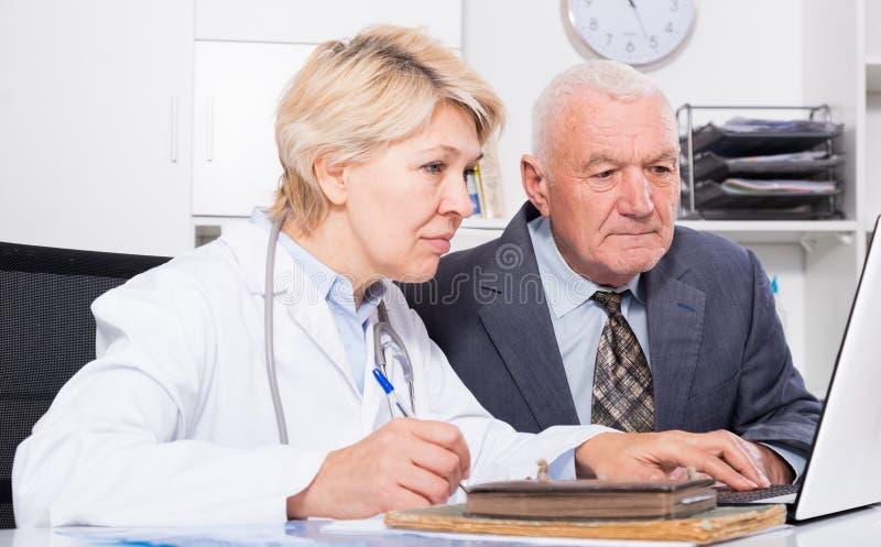 Kobiety lekarka z męskim klientem fotografia royalty free