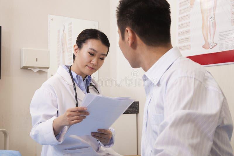 Kobiety lekarka Z Męskim pacjentem fotografia royalty free